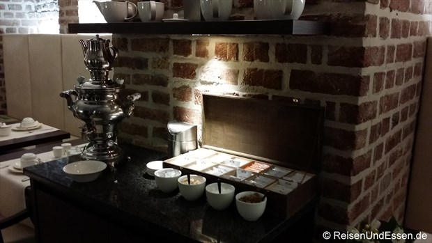 Auswahl an verschiedenen Teesorten im Gewölbekeller