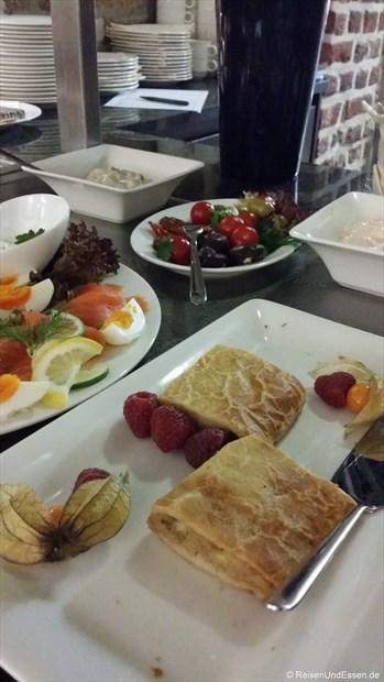 Frühstücksbuffet mit süßen Teilchen