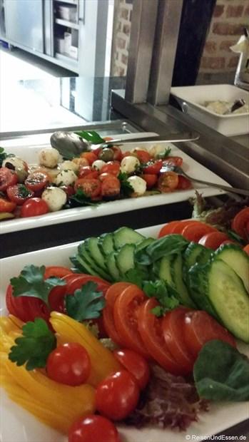 Frühstücksbuffet mit verschiedenen Gemüse