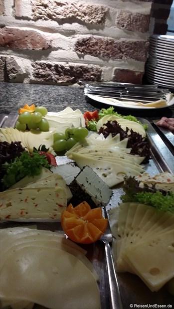 Frühstücksbuffet mit verschiedenen Käsesorten