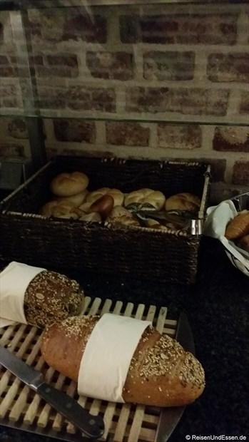 Frühstücksbuffet mit Auswahl an Brot und Brötchen