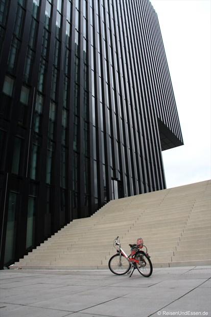 Mit dem Fahrrad beim Hyatt im Medienhafen