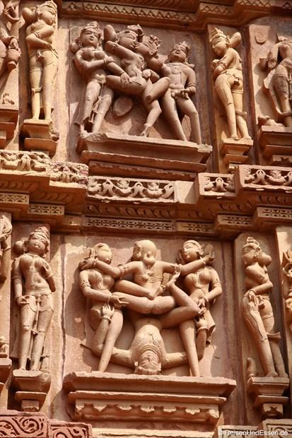 Szenen aus dem Kamasutra am Kandariya-Mahadeva-Tempel
