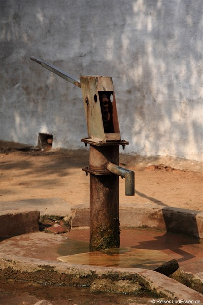 Wasserpumpe bei den Lehmhäusern in Khajuraho