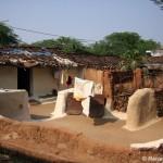 Vesetzt in eine andere Zeit zwischen Lehmhäusern in Khajuraho