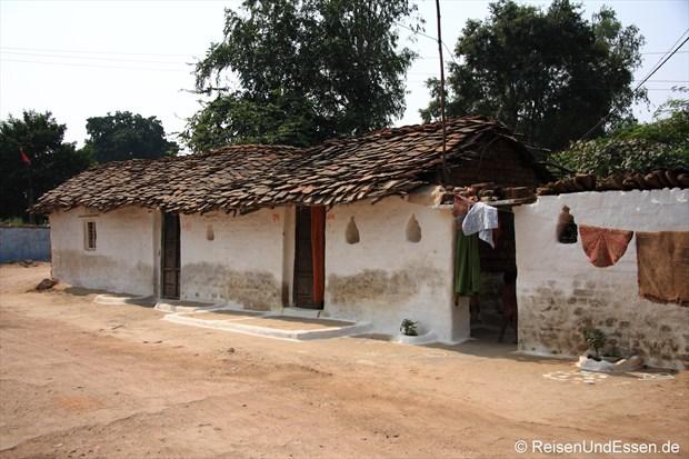Strasse mit Lehmhäusern in Khajuraho