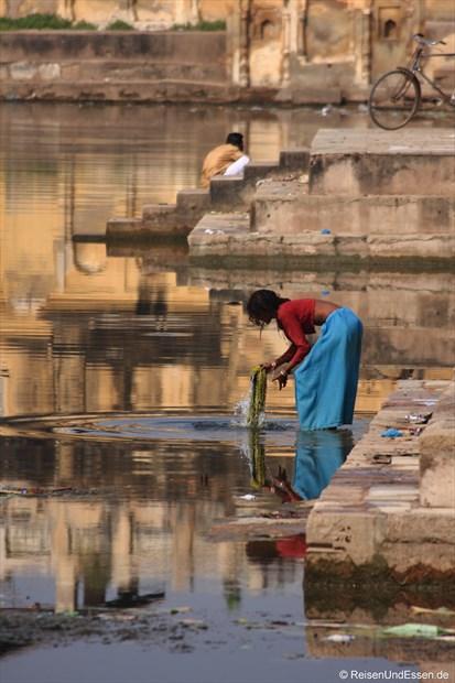 Waschen der Kleidung am See in Khajuraho
