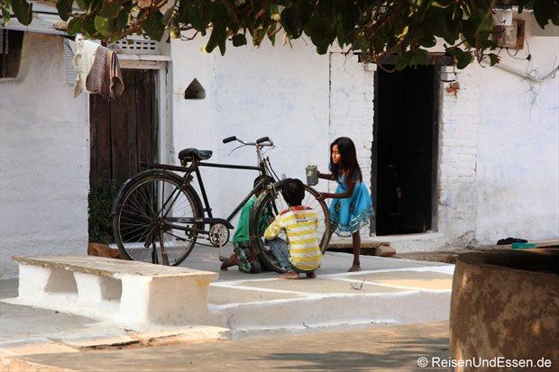 Kinder beim Fahrradwaschen