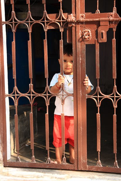 Kleiner Junge im Haus in Khajuraho