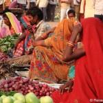 Gassen mit bunten Häusern, freundliche Menschen und ein Markt in Khajuraho