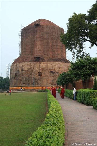 Ausgrabungen in Sarnath (Dhamekh Stupa) mit Mönchen