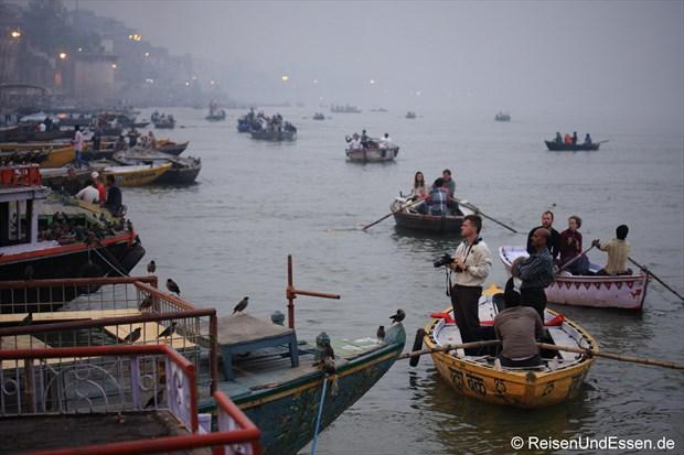 Touristen im Boot auf den Ganges in Varanasi