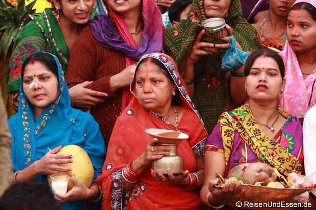 Inderinnen mit Opfergaben für den heiligen Ganges