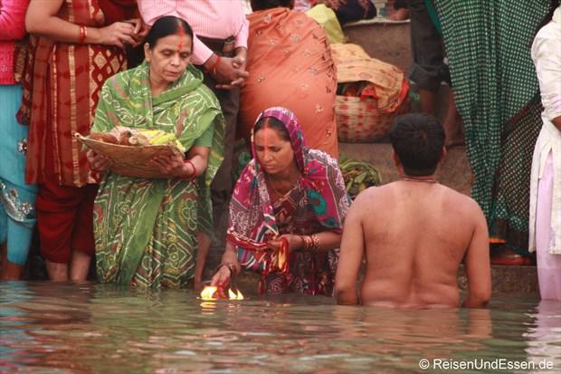 Inderinnen mit Opfergaben und Licht für den heiligen Ganges