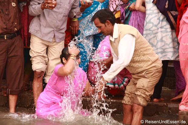 Das Bad im Ganges reinigt von den Sünden