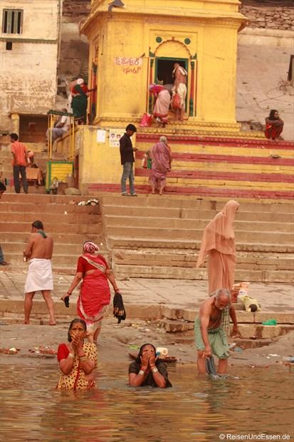 Ghat und Bad am Morgen im heiligen Wasser des Ganges