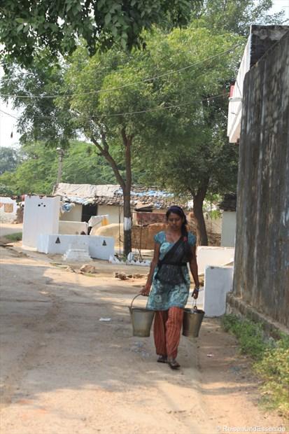 Inderin mit Wasser in Khajuraho