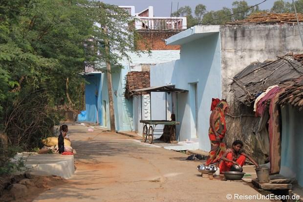 Unterwegs in einer Seitengasse in Khajuraho