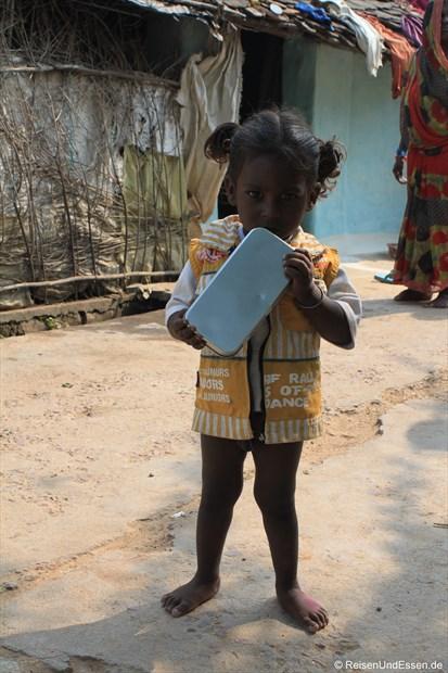 Überraschtes Mädchen mit dem Geschenk