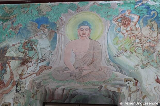 Tempel in Sarnath mit Motiven aus dem Leben von Buddha
