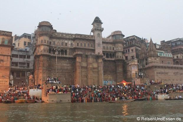Ghats und Gebäude am Ganges in Varanasi