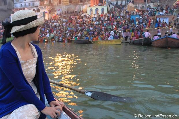 Im Ruderboot am frühen Morgen auf dem Fluss unterwegs
