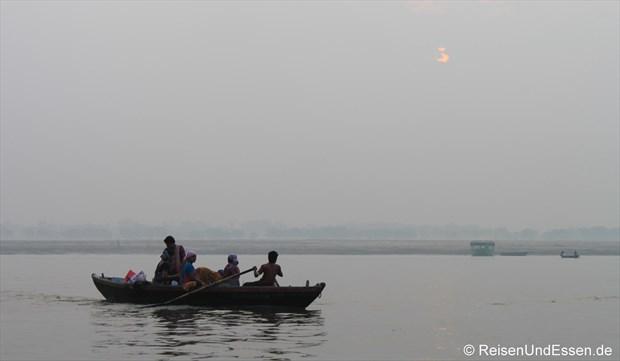 Ruderboot am frühen Morgen auf dem Ganges in Varanasi