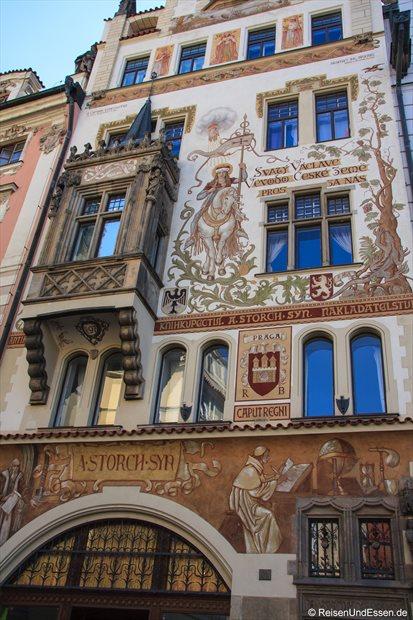 Bemaltes Gebäude in der Prager Altstadt