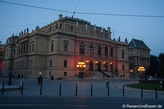 Rudolfinum in Prag am Abend