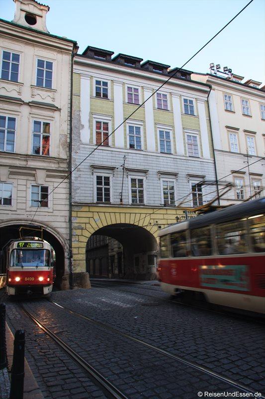 Straßenbahnen durch den engen Tunnel