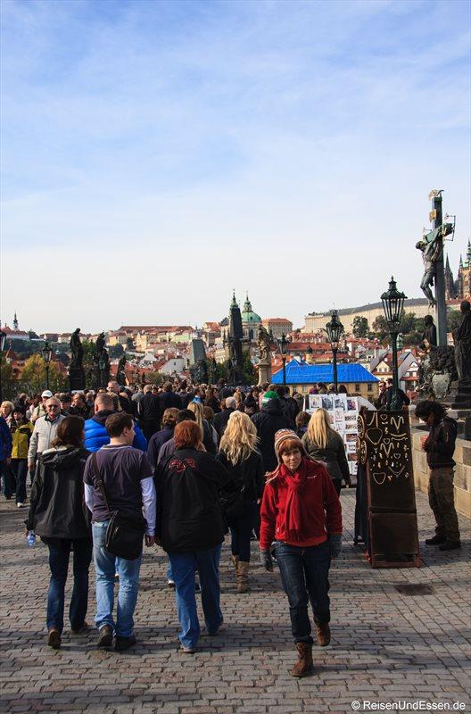 Menschenmassen auf der Karlsbrücke