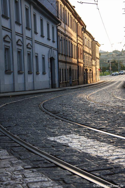 Straßenbahnschienen mit Kopfsteinpflaster in der Letenska