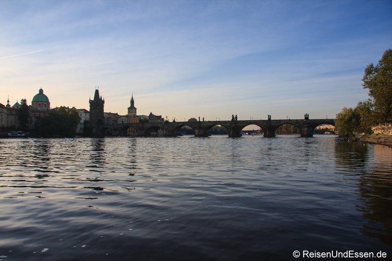 Blick vom Ufer der Moldau auf Karlsbrücke