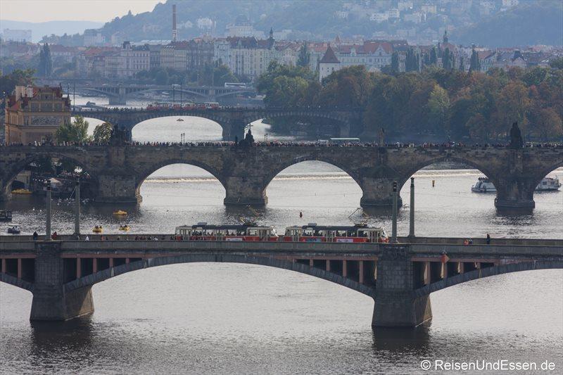 Straßenbahnen auf den Brücken über die Moldau