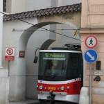 Brücken über die Moldau und faszinierende Strassenbahnen durch Häuser in Prag