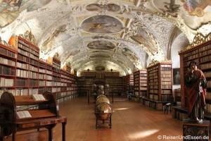 Bibliothek im Barockkloster Strahov und tanzende Häuser in Prag