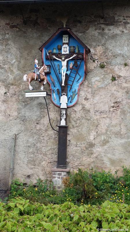 Kreuz an der Mauer vom Kloster St. Peter im Hochschwarzwald