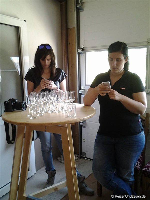 Mela und Nina, die Organisatorinnen (Gläser auf dem Tisch rein zufällig)
