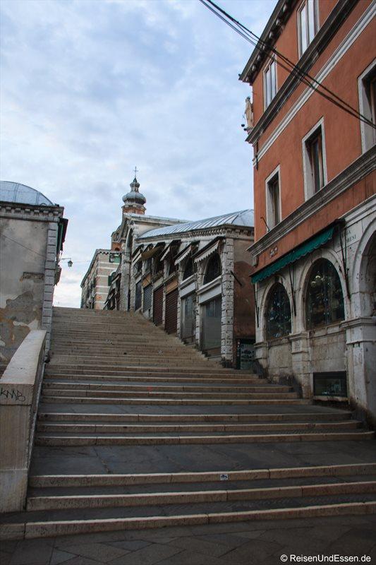 Treppen der Rialto-Brücke am Morgen