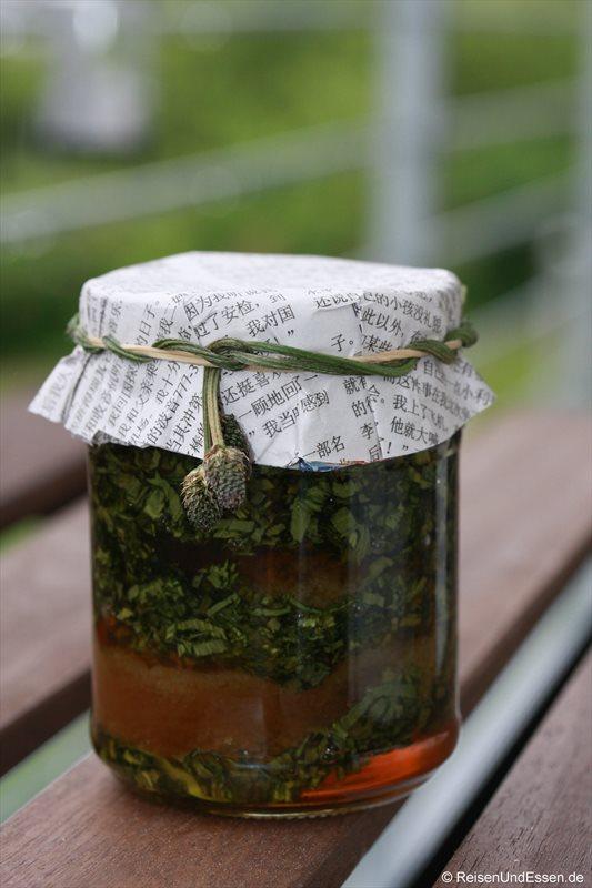 Eingelegter Spitzwegerich mit Honig