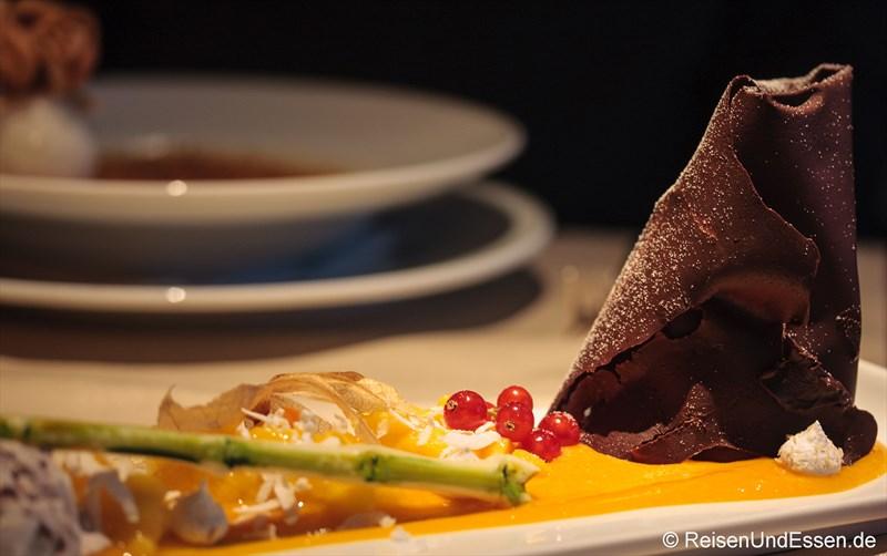 Zartbitterschokoladenmousse mit Mangoconfit und Kokoseis im 3'60° Restaurant