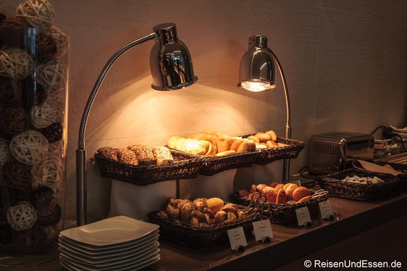 Auswahl an Brötchen beim Frühstücksbuffet im 3'60° Restaurant