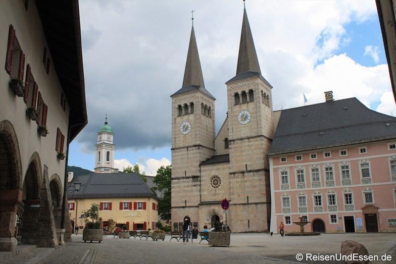 Schlossplatz mit St. Peter und St. Paul
