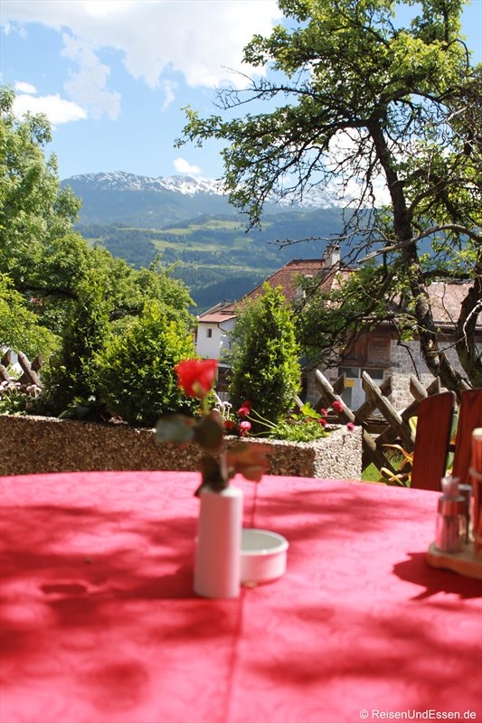 Tisch mit Aussicht im Gasthof Ebner in Absam