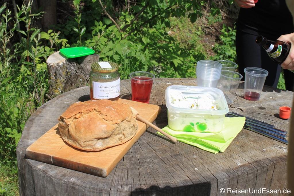 Selbstgebackenes Brot und Kräuteraufstrich