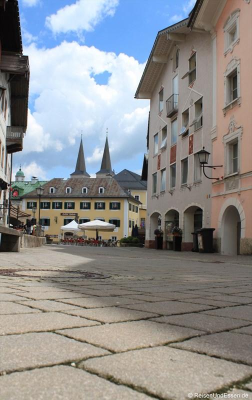 Am Marktplatz mit Blick Richtung Schloss und Stiftskirche