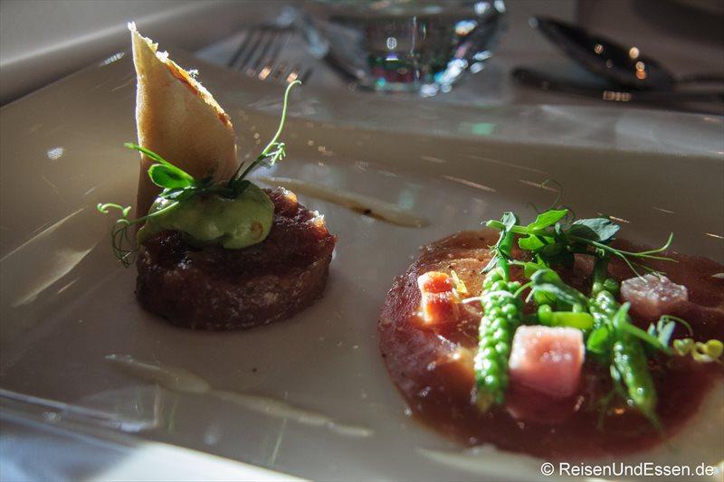 Variationen vom Thunfisch (hier: roh mariniert und geräuchert)