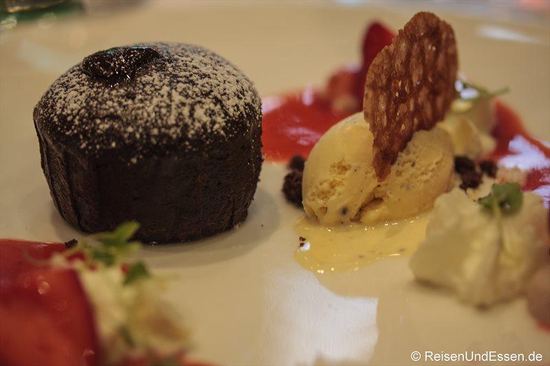 Klassischer Schokoladen-Fondant mit flüssigen Kern im Restaurant Falstaff