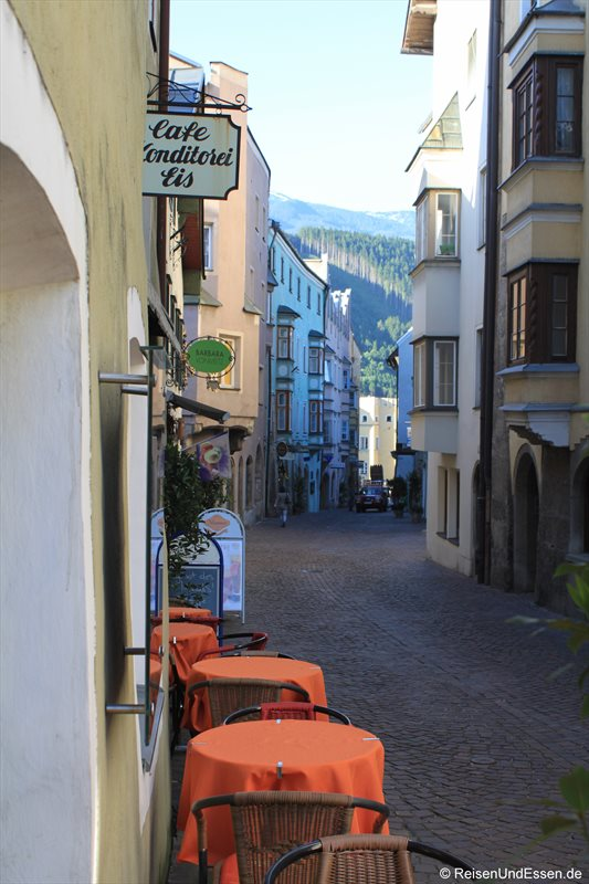 Gasse und Cafe in Hall in Tirol