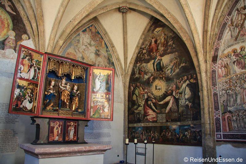 Flügelaltar und Fresken in der St.-Magdalenen-Kapelle